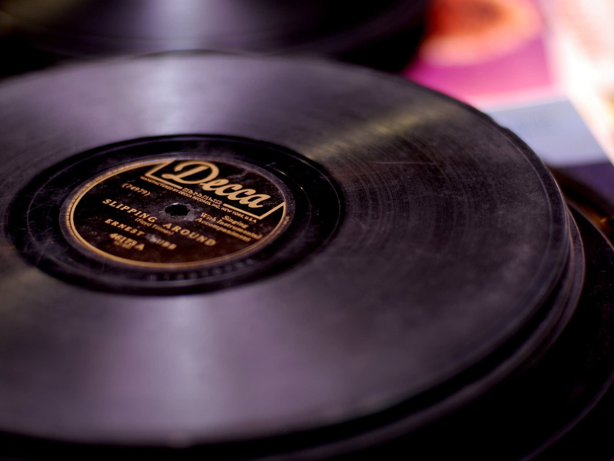 A 78 RPM record of Ernest Tubb's 'Slipping Around'