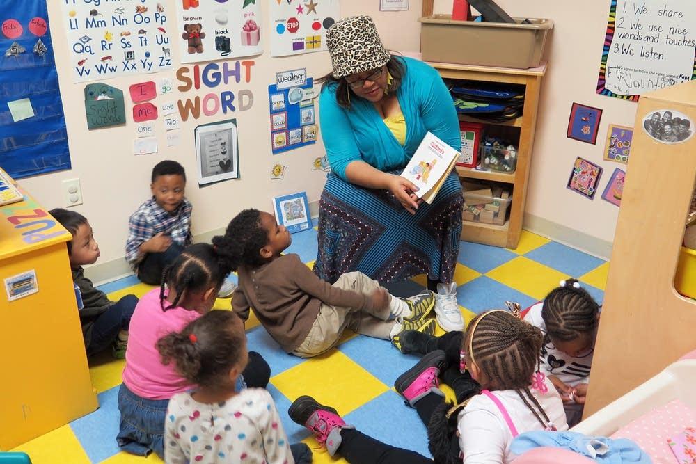 Kimberly Porter reads to children.