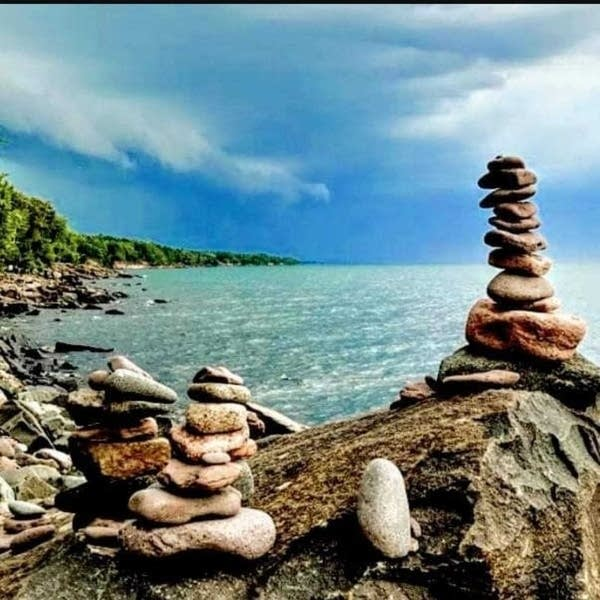 Picture of cairns on Ionas Beach along the North Shore in summer of 2018