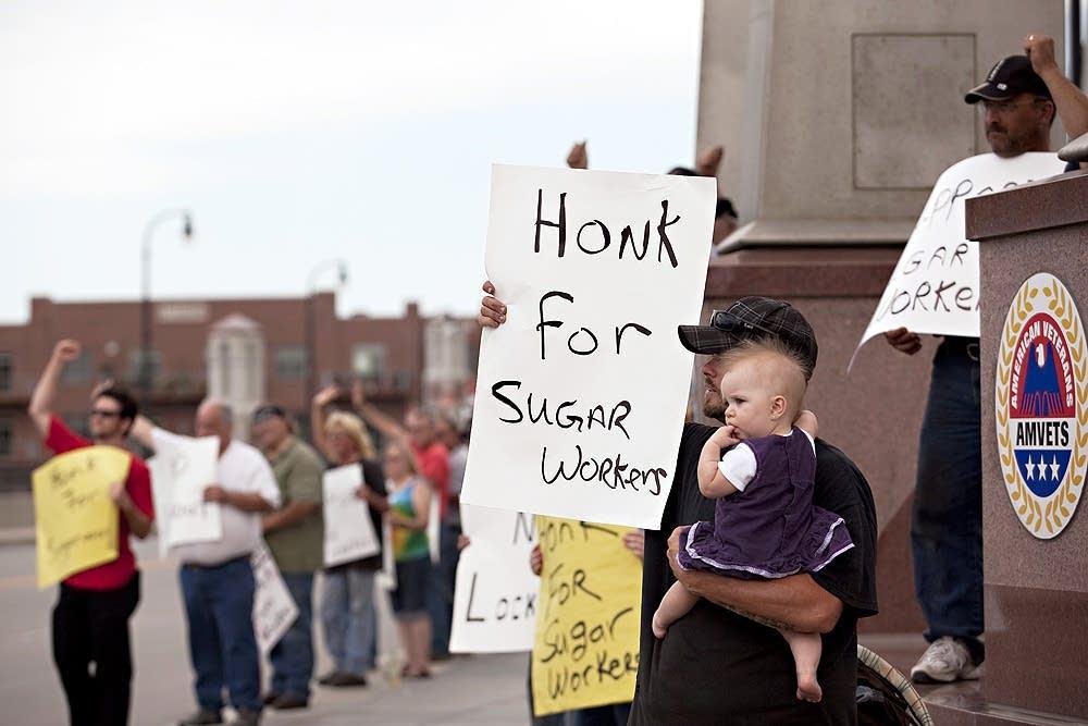 Sugar workers demonstrate
