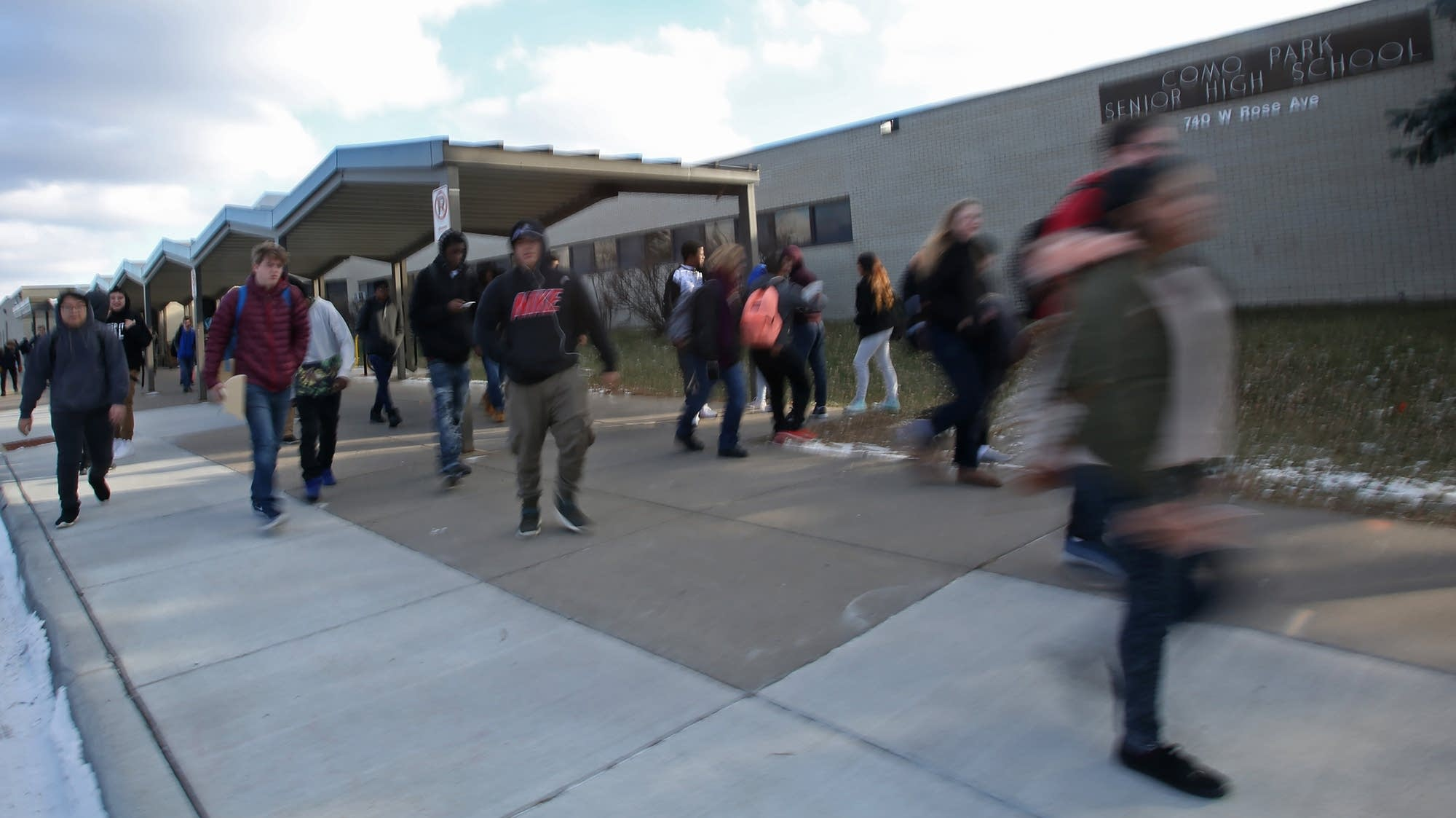 Como Park High students rush to their buses.