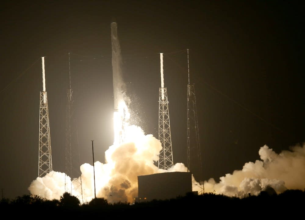 SpaceX aunches cargo capsule