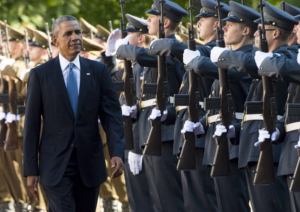 Obama reviews Estonian roops