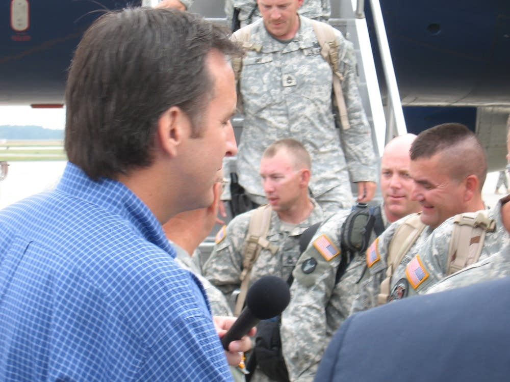 Pawlenty meets with troops