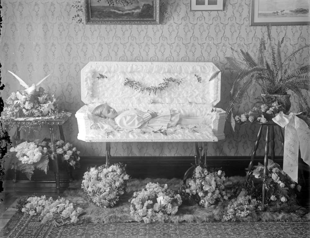 Funeral photo of four year-old Carl Barr, 1908