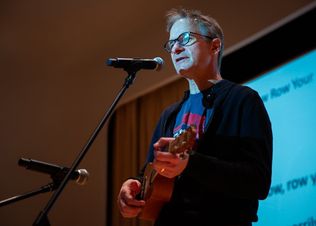 Jim McGuinn teaches ukulele at Rock the Cradle 2020.