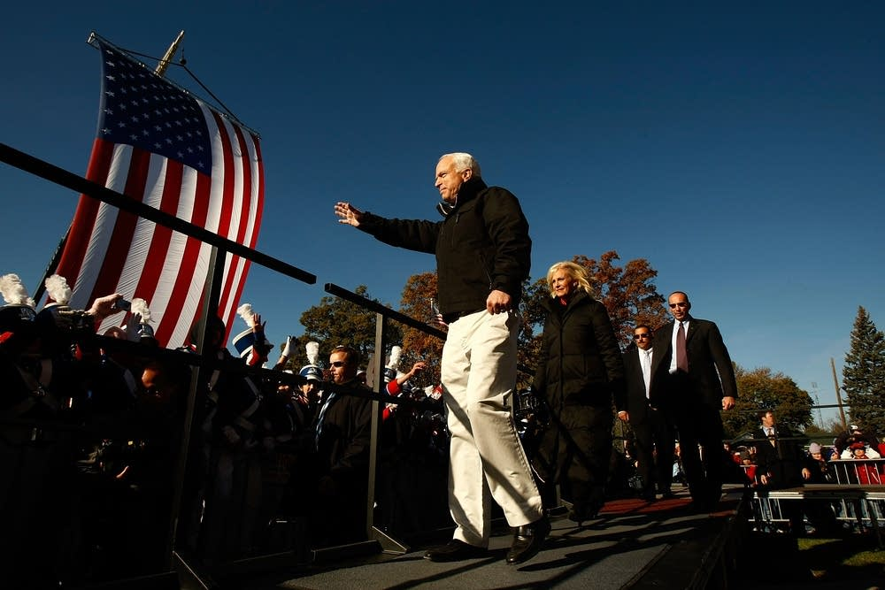 McCain campaigns with his wife in Ohio