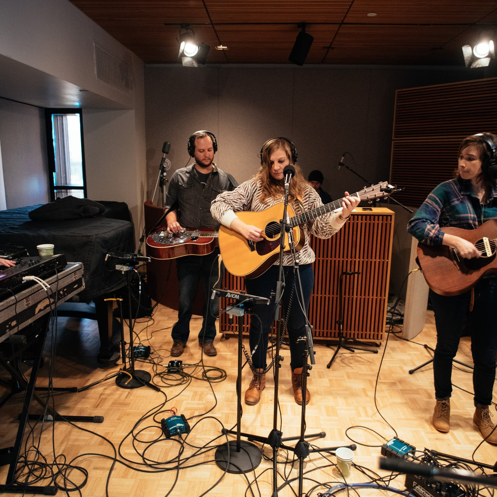 Reina Del Cid performing in The Current studio