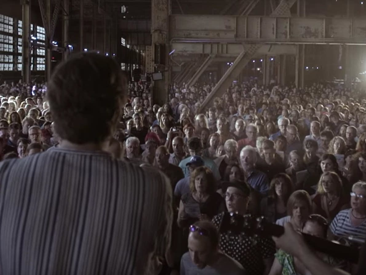 Rufus Wainwright leads a choir of 1,500