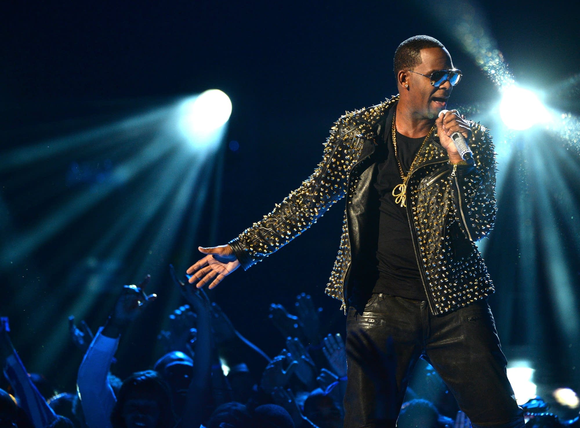 R. Kelly performs at the 2013 BET Awards
