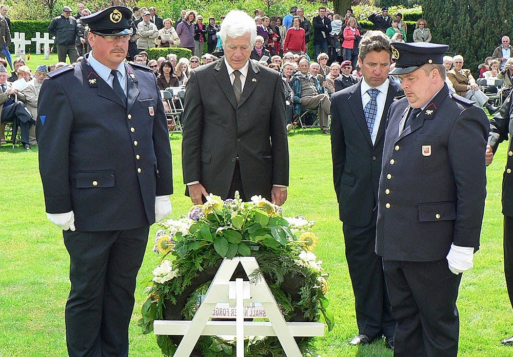 Laying a wreath at WWI cemetery in Waregem