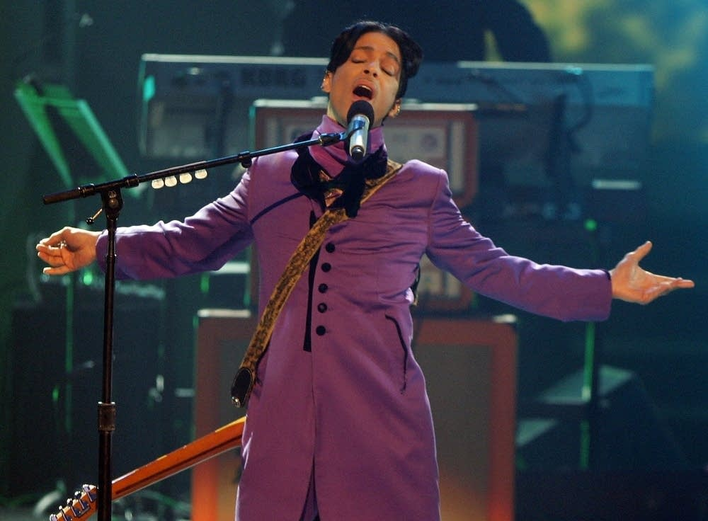 Prince performs in 2006