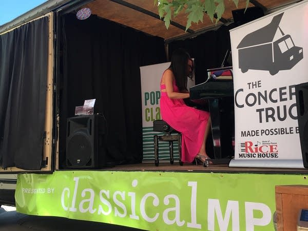 0b7b01 20170808 pop up classical the concert truck 2017 warming up