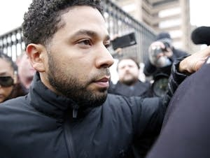 'Empire' actor Jussie Smollett leaves Cook County jail after posting bond.