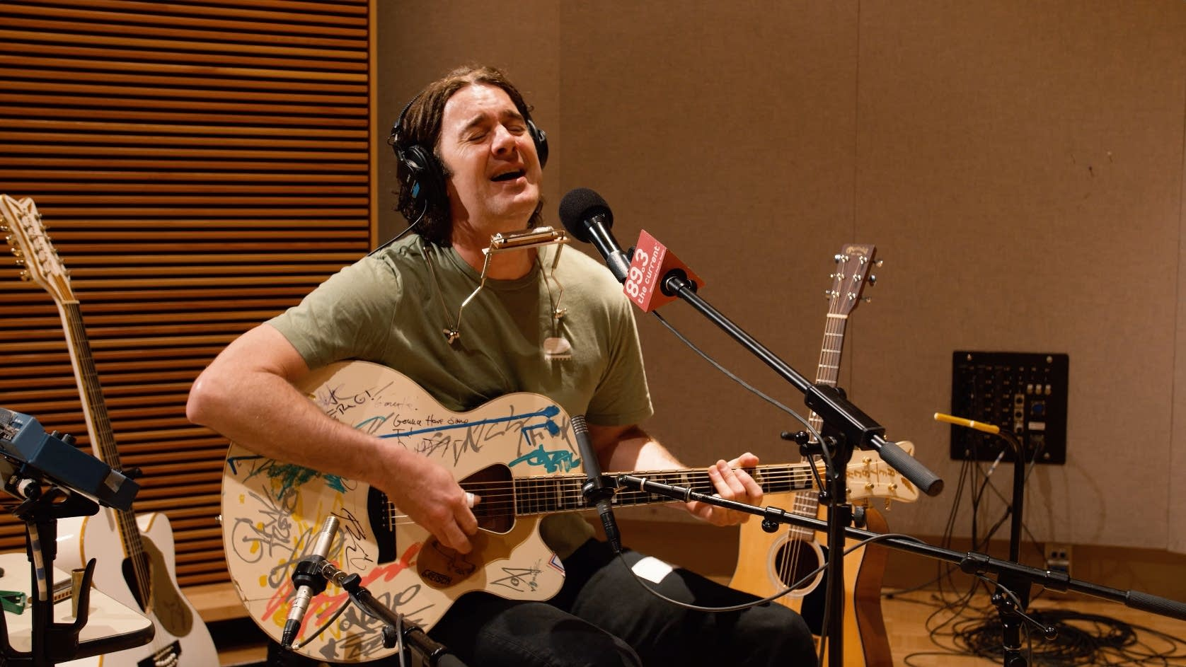 G Love plays his Gretsch Rancher Falcon acoustic guitar