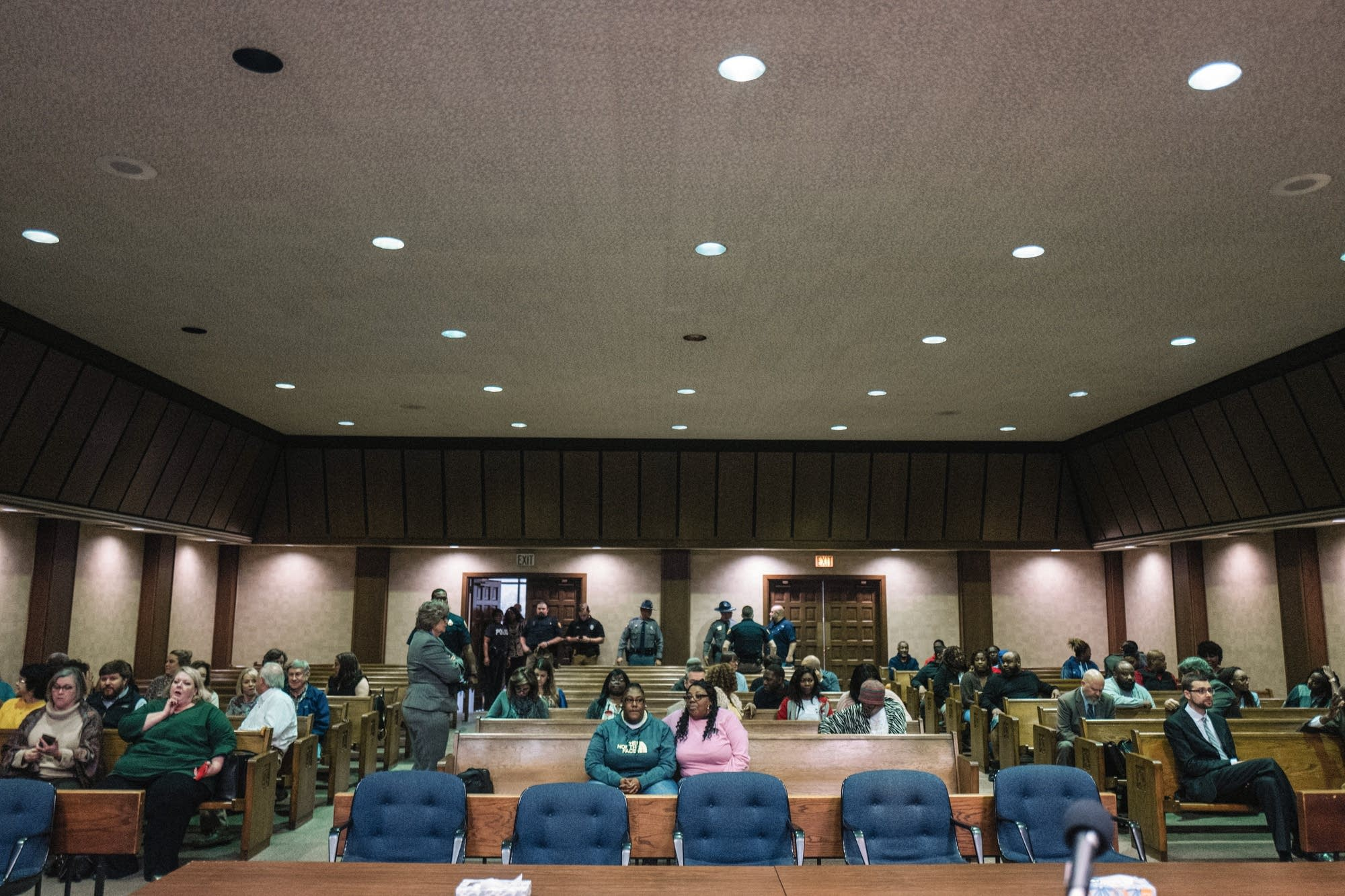 Crowd files in, Montgomery County Courthouse