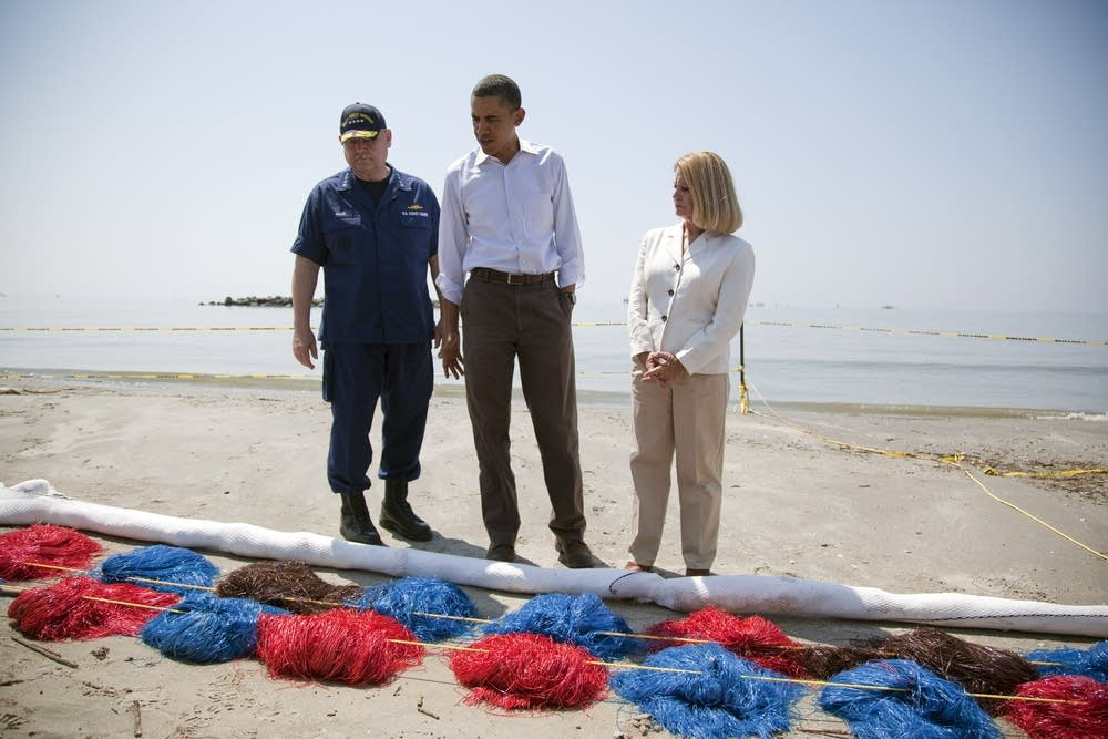 Obama inspects oil booms