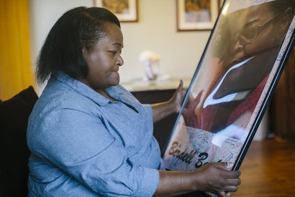 Sa'Lesha Beeks looks at a poster of her mother.
