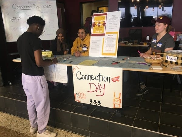 A University of Minnesota Duluth student signs up for Connection Day