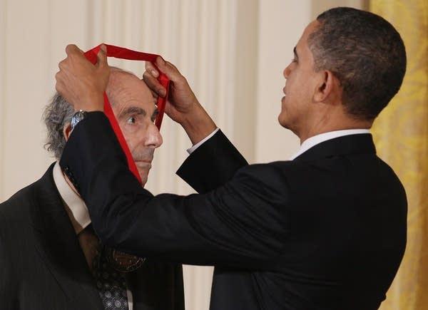 Obama Confers Nat'l Medal of Arts And Nat'l Humani