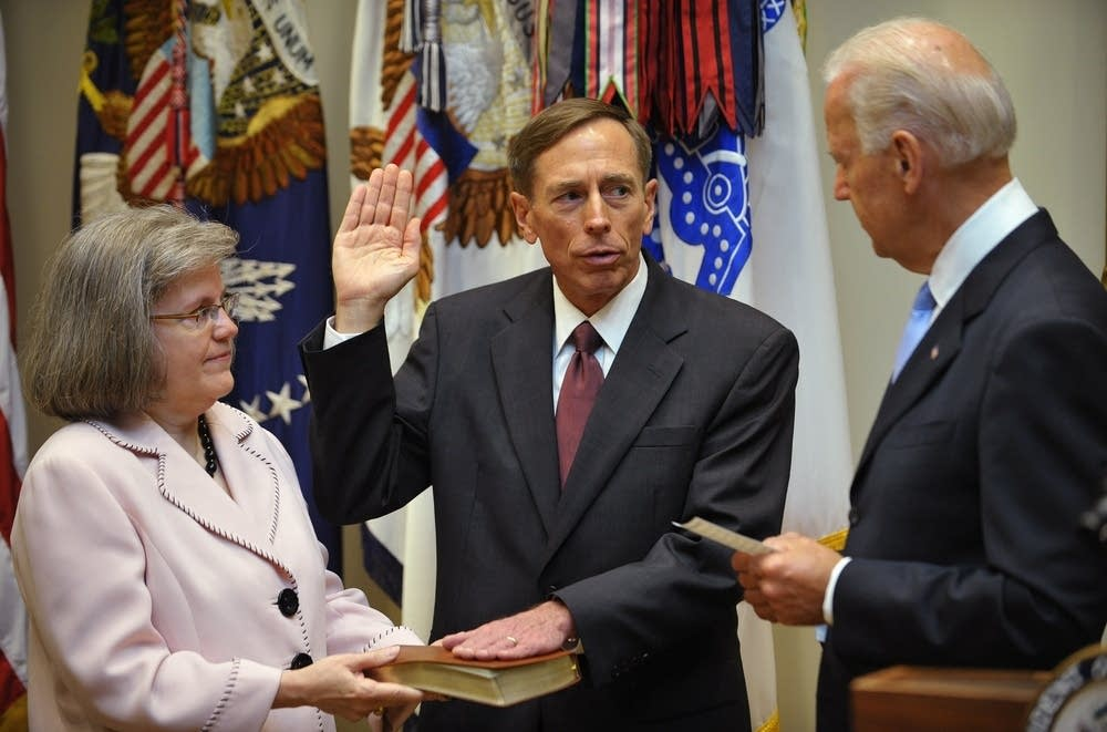 Petraeus takes oath to lead CIA