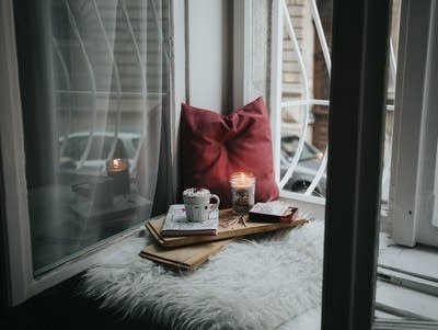 4c4664 20190207 cozy windowsill with candle and hot chocolate