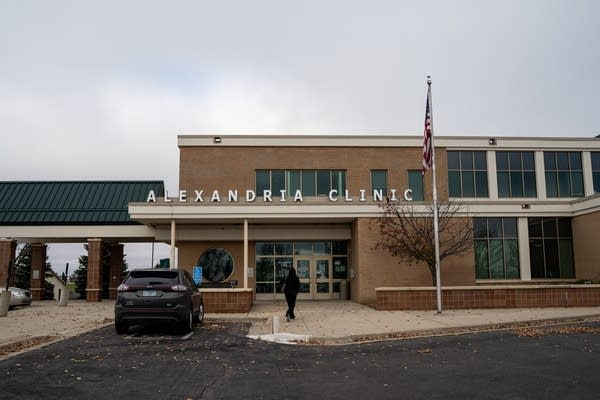 "A brick building that reads ""Alexandria Clinic"""