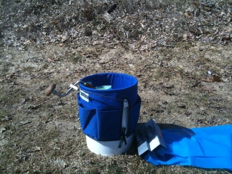 Bucket and auger for maple syrup