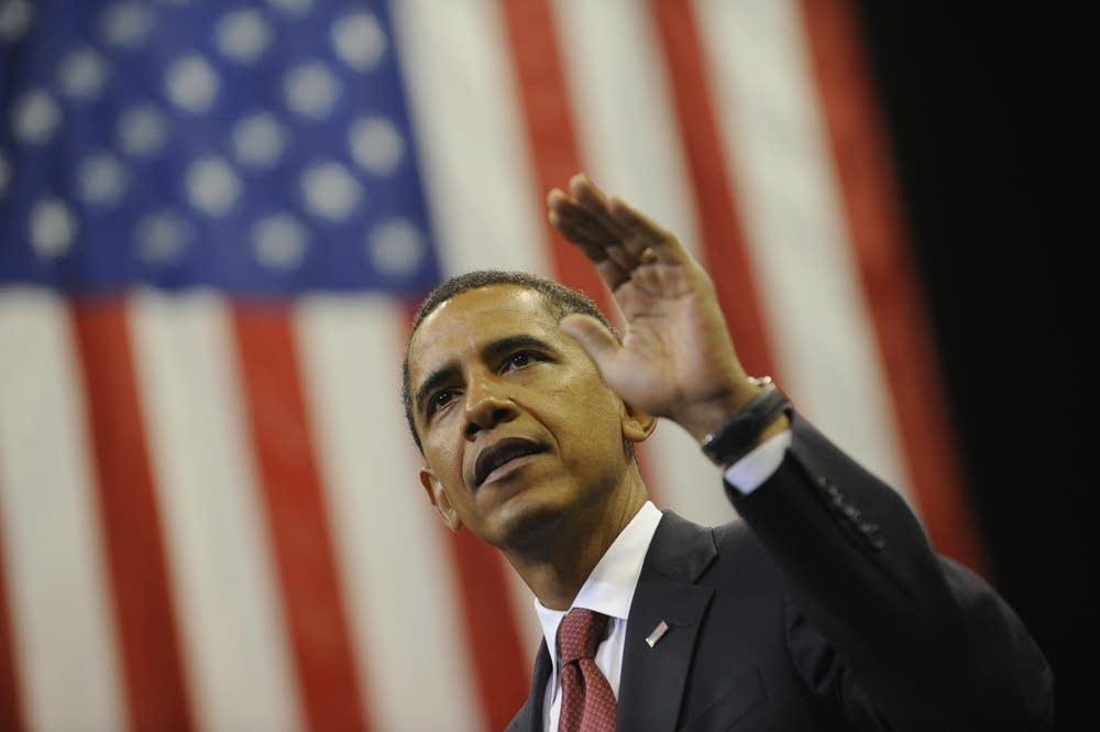 Barack Obama waves to suporters in Florida