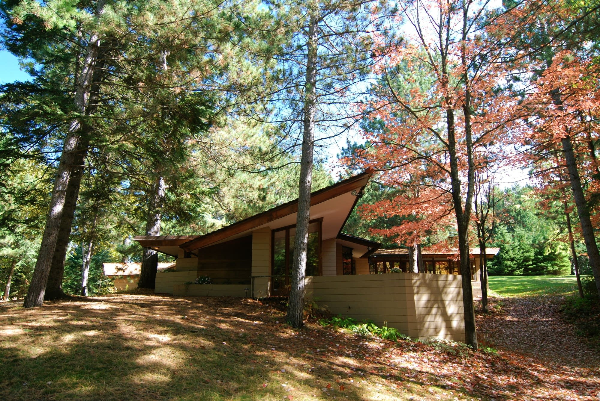 Frank lloyd wright designed house in minn moved piece by for Building a house in minnesota