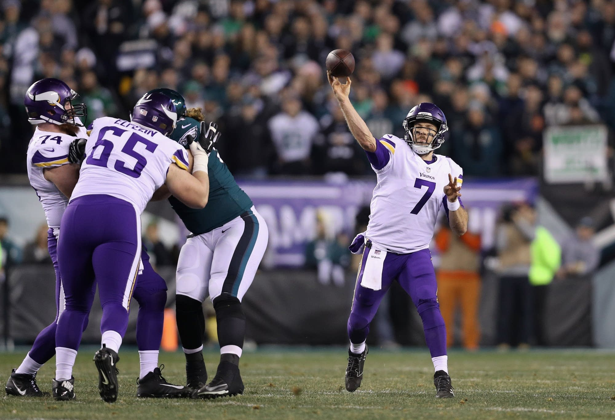 Case Keenum (7) makes a pass during the first quarter.