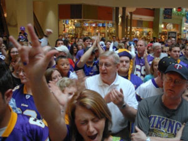 Vikings fans rally at MOA