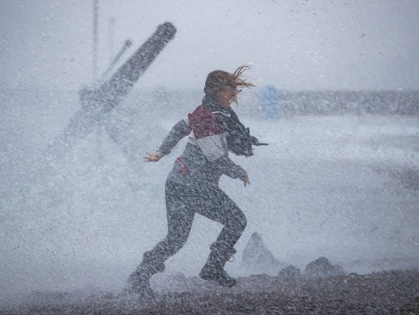 Blizzard conditions and big Lake Superior waves in Duluth
