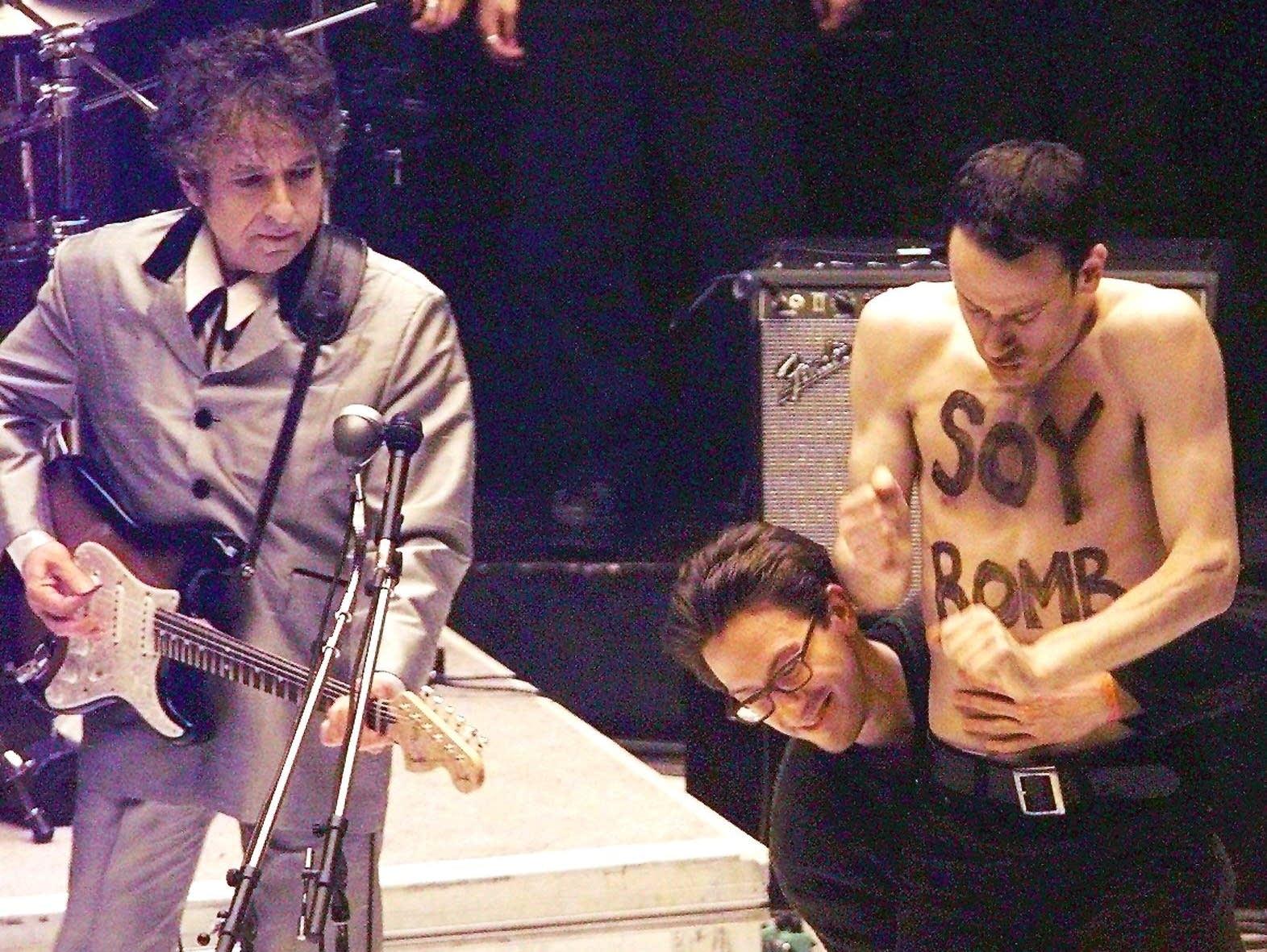 Michael Portnoy crashes the stage at Bob Dylan's 1998 Grammys performance.