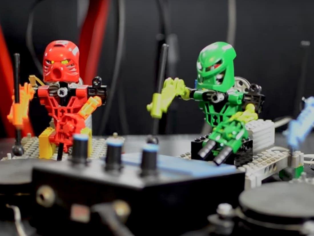 Lego robots play Kraftwerk's 'The Robots'
