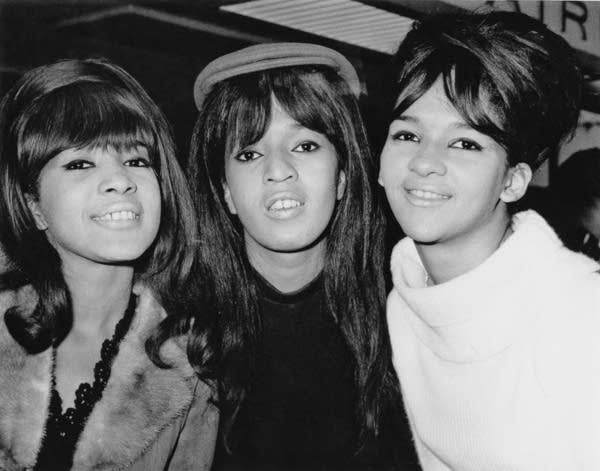 Ronettes Christmas.Ronnie Spector Sings Her Classic Christmas Songs At The