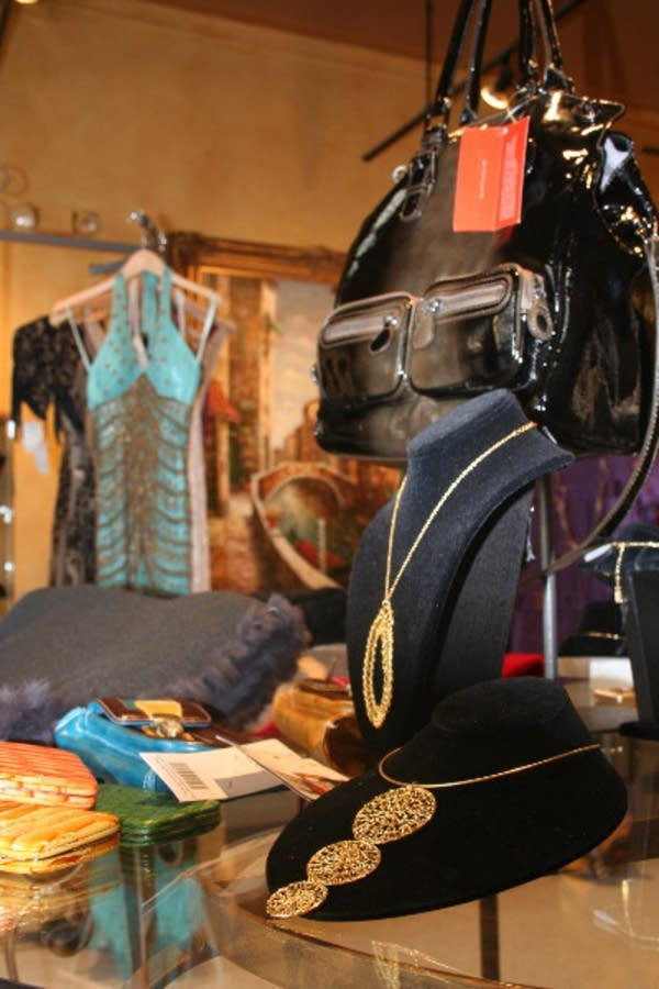 Il vostro sells handbags and women's clothing