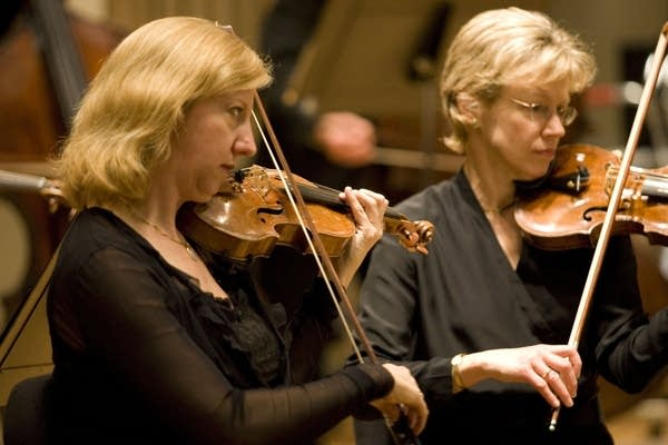 Violinists Leslie Shank and Elsa Nilsson