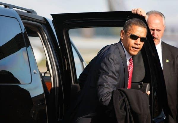 Barack Obama arrives to board his plane