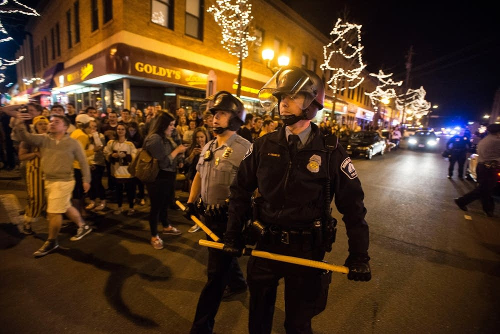 Mpls. police move toward a Dinkytown crowd