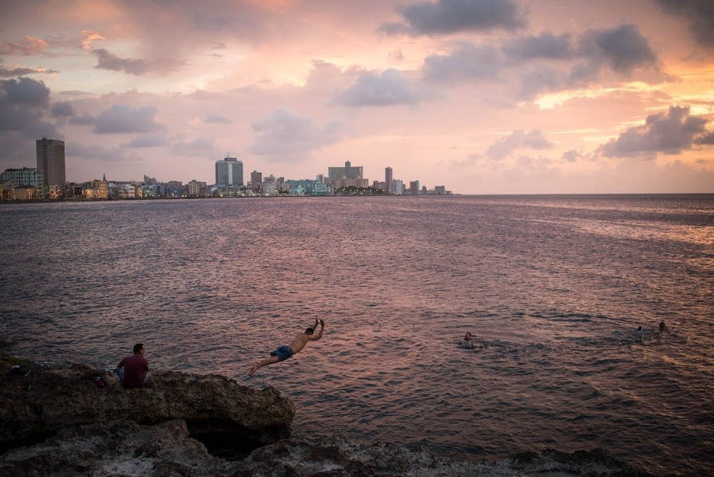Boys swam and dived off the Malecón.