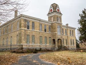 A historic building sits unoccupied at Fort Snelling's upper post site.