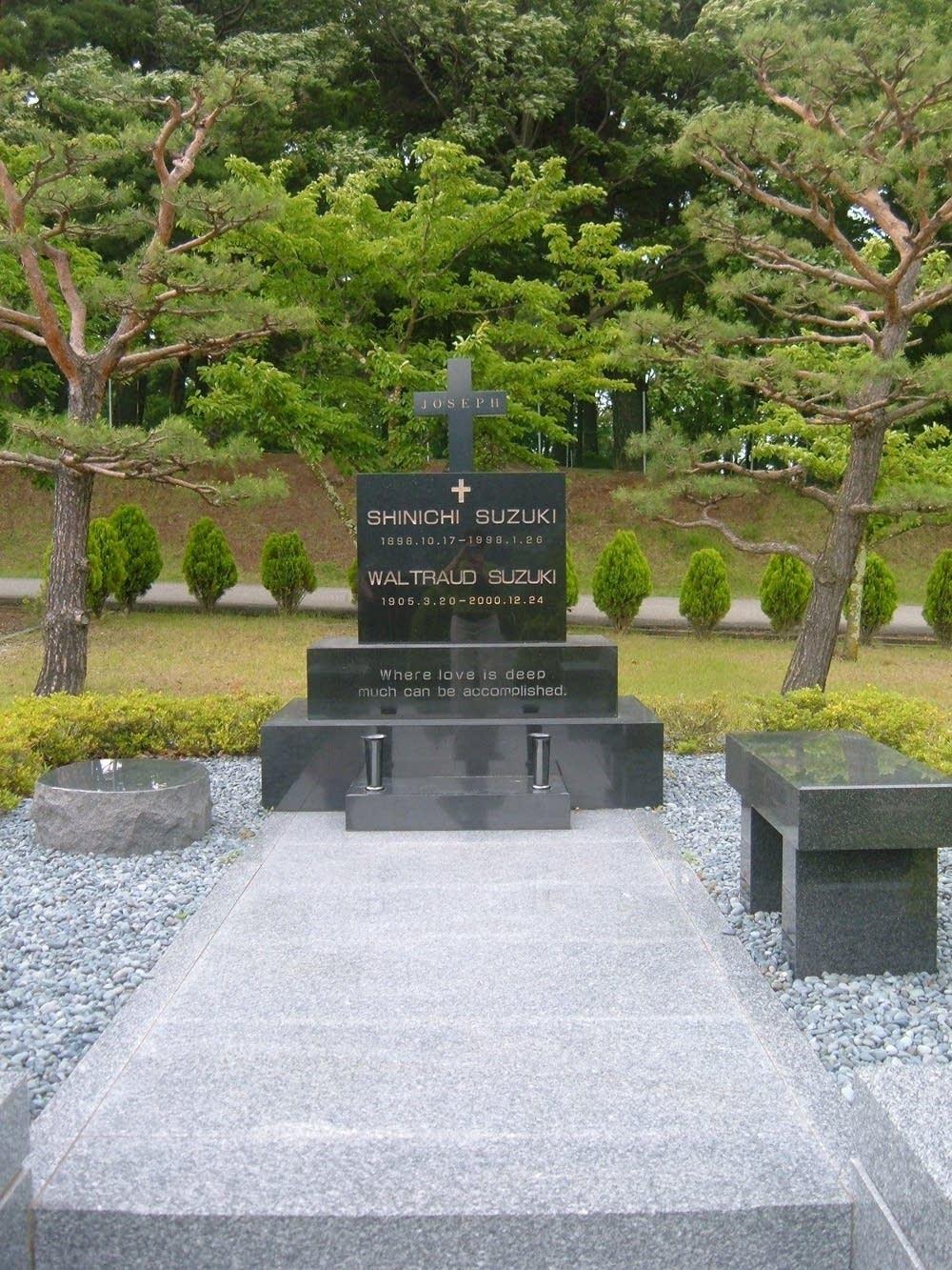 Suzuki's grave