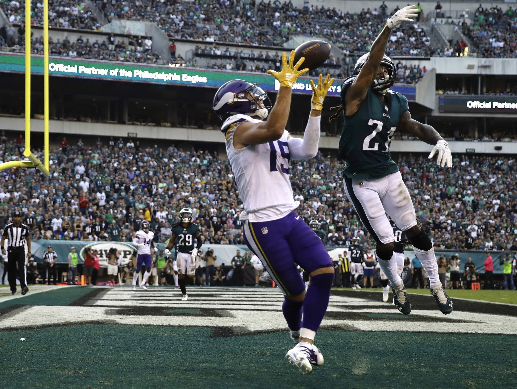 Minnesota Vikings  Adam Thielen (19) catches a touchdown against the Philadelphia  Eagles  Ronald Darby (21) during the first half of an NFL football game on  ... 006038b6f