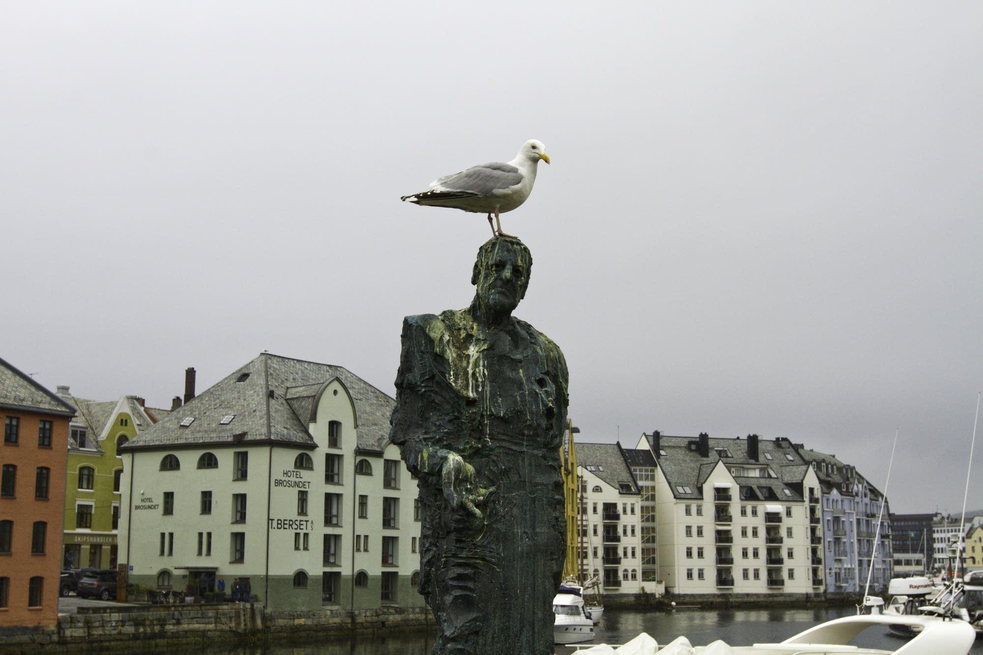 Alesund - 16 - statue with bird