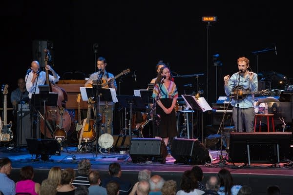 Chris Thile welcomes the Wolf Trap audience.