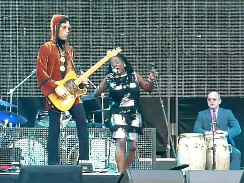 Prince surprises Sharon Jones on stage