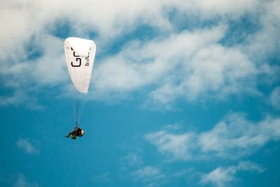 52e152 20140716 fred child paraglides