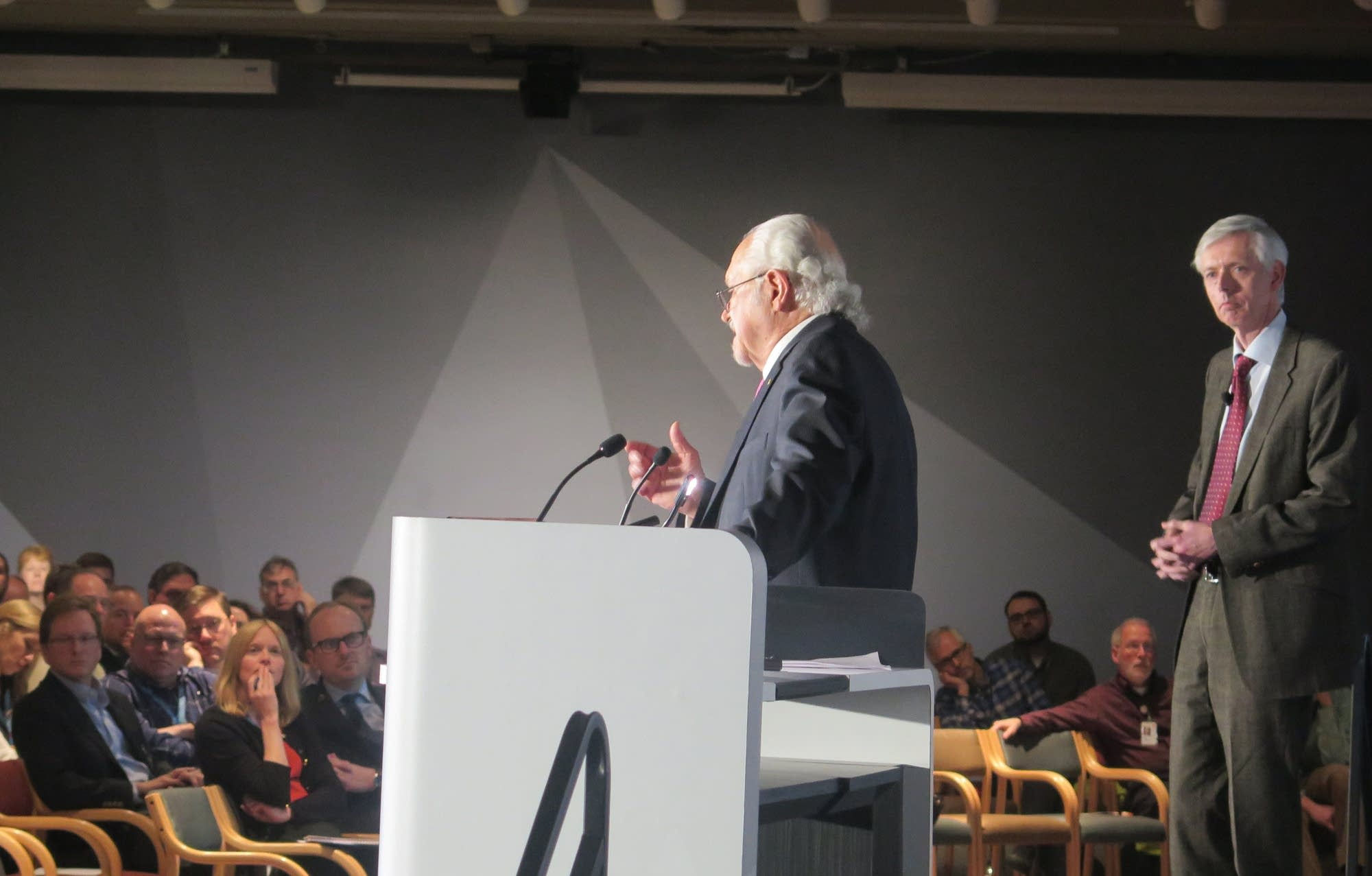 Nobel laureate Mario Molina answers a question posed by a 3M scientist.