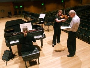 Erin Keefe and Osmo Vanska rehearse on stage.
